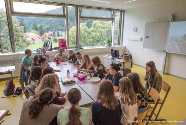 Moderst ausgestattete und helle Klassenräume
