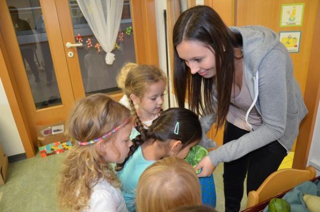 Schülerin mit Kindern des PKG